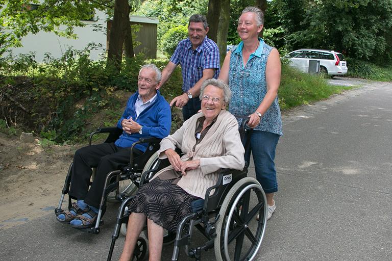 vrijwilligers gaan wandelen met bewoners